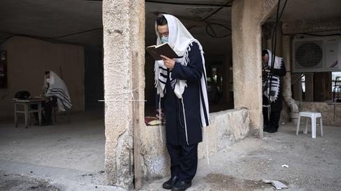 Молитва в Бней-Браке во время эпидемии: соблюдение социальной дистанции
